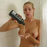 Sexy Milf duscht